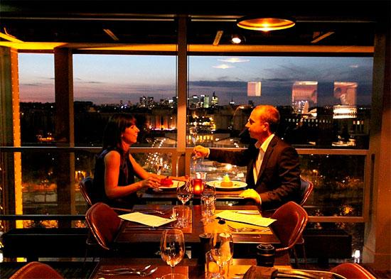 Романтический ужин в День Влюбленных в Париже