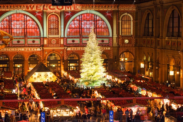Новогодняя ель Сваровски на вокзале в Цюрихе